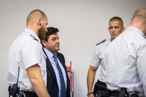 Strážnici odvádzajú Mariana Kočnera.