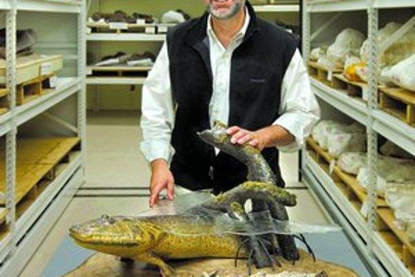 Neil Shubin s rekonštrukciou Tiktaalika vo Fieldovom múzeu v Chicagu.