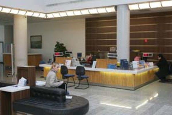 Klientov na pobočkách bánk – aj zásluhou internetbankingu, ubúda.