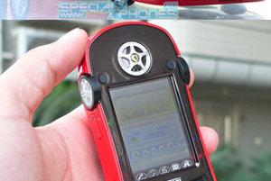 Z jednej strany model Ferrari, z druhej strany mobil. Ideálny darček pre syna.