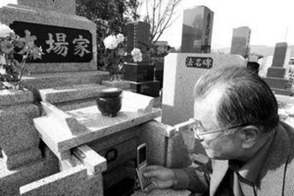 Láska až za hrob. Japonci si od apríla môžu objednať nový typ náhrobného kameňa, ktorý na mobilných telefónoch zhromaždených trúchliacich zobrazuje odkazy od zosnulého či jeho fotografie.