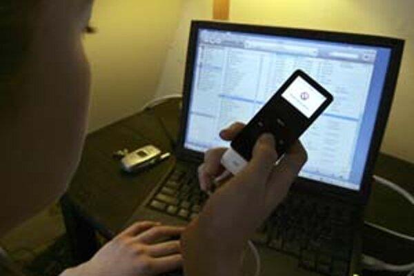 Zákazníci spoločnosti Apple by po dohode s nahrávacími firmami mali v prehrávačoch iPod a telefónoch iPhone jednoduchý prístup k celým hudobným internetovým katalógom.