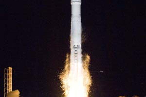 Podobné obrázky vidíme každú chvíľu: do kozmu štartuje ďalší satelit. Tentoraz ide o prístroj, ktorý bude na orbite zabezpečovať mobilné spojenie.