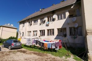 Rómska rodina z tejto bytovky v Prakovciach zažila nepríjemné chvíle.