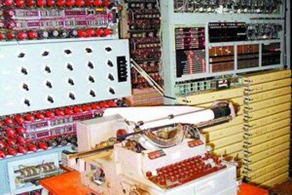 Dešifrovací stroj Colossus pomohol v druhej svetovej vojne bojovať proti nemeckej armáde. Britské múzeum ho znovu skonštruovalo a nechalo súťažiť so súčasnými zariadeniami.