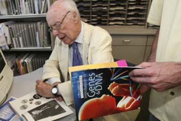 James D. Watson rozdáva autogramy na Baylorovej lekárskej fakulte v Houstone. Ako vidno, robí to ľavou rukou.