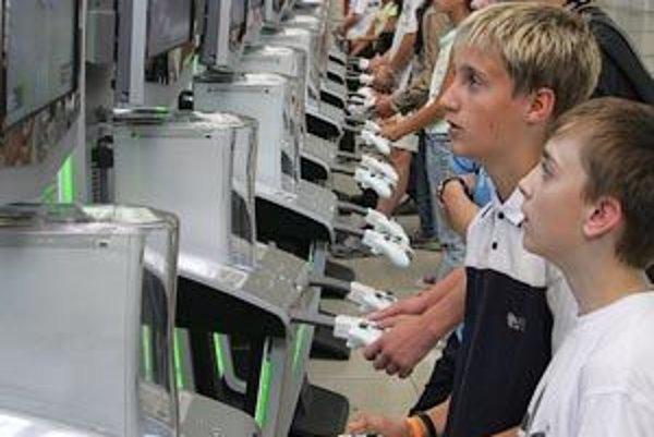 Dlhé hodiny pred obrazovkami môžu tínedžerom aj prospievať.