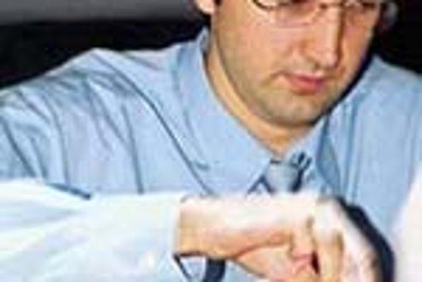 Ruský šachista Vladimir Kramnik, ktorý sa stal v kalmyckej Eliste zjednoteným majstrom sveta sa sústredí počas šachovej partie s Bulharom Veselinom Topalovom 12. októbra 2006 v Eliste.
