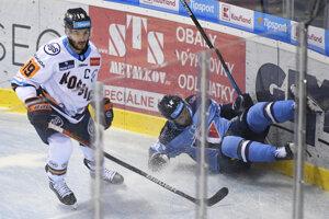 Dávid Skokan (vľavo) a Matič Podlipnik v predohrávke 1. kola Tipsport ligy 2019/2020 HC Košice – HC Slovan Bratislava.