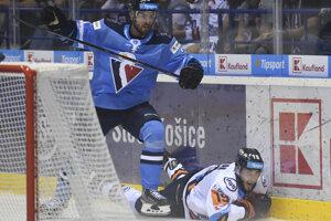 Dávid Skokan (dole) a Martin Štajnoch v predohrávke 1. kola Tipsport ligy 2019/2020 HC Košice – HC Slovan Bratislava.