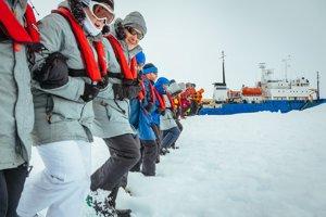 Účastníci antarktickej expedície, ktorých loď Akademik Šokaľskij uviazla v polárnom ľade, na Silvestra pripravovali plochu pre pristátie vrtuľníka.