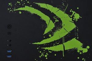 Obidve bočné strany počítača obsahujú logo firmy Nvidia.