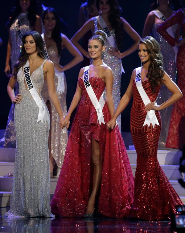 Zľava: Miss Kolumbia, Miss Ukrajina, Miss USA