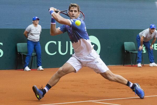 Martin Kližan proti Švajčiarovi Sandrovi Ehratovi v úvodnej dvojhre zápasu 1. skupiny euro-africkej zóny Davisovho pohára.
