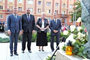 Na pietnej spomienke v Handlovej zľava predseda parlamentu Peter Pellgríni, poslanec NR SR Pavol Frešo, europoslynkyňa Anna Záborská a poslanec NR SR Július Brocka.