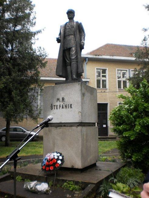 socha-m.r.stefanika-v-arealy-oa-surany_r8339_res.jpg
