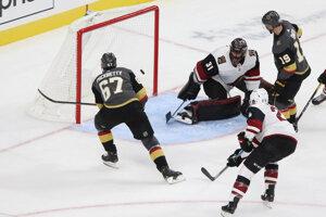 Max Pacioretty (67) strieľa svoj tretí gól v prípravnom zápase na nový ročník NHL medzi Las Vegas Golden Knights a Arizona Coyotes.