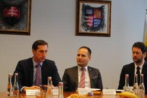 Zľava župan Milan Majerský, riaditeľ Jozef Cvoliga a jeho zástupca Fanián Novotný.