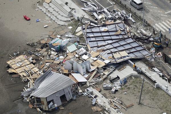 Tajfúnom Faxai zničené budovy v meste Miura južne od Tokia.