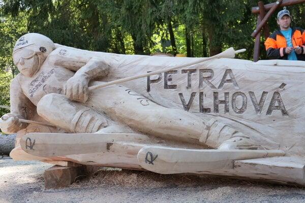 Rezbári vytvorili aj drevenú sochu našej úspešnej lyžiarky - Petra Vlhová.