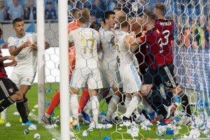 Roztržka hráčov oboch mužstiev po strelení gólu Slovana počas dohrávky 8. kola Fortuna ligy ŠK Slovan Bratislava - FC Spartak Trnava.