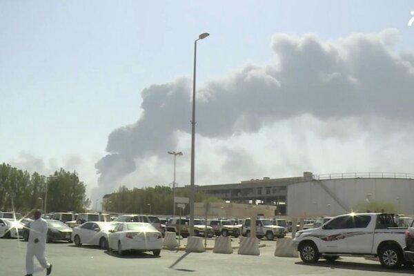 Dym stúpa z areálu ropného zariadenia Abkaík v Saudskej Arábii.