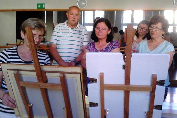 Niektorým seniorom učarovalo výtvarné umenie.