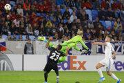 Loris Karius chybuje v zápase Slovan Bratislava - Besiktas Istanbul.