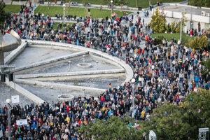 Účastníci počas protestného zhromaždenia Nezabudneme. Pokračujeme. organizovaného iniciatívou Za slušné Slovensko pred Úradom vlády v Bratislave.