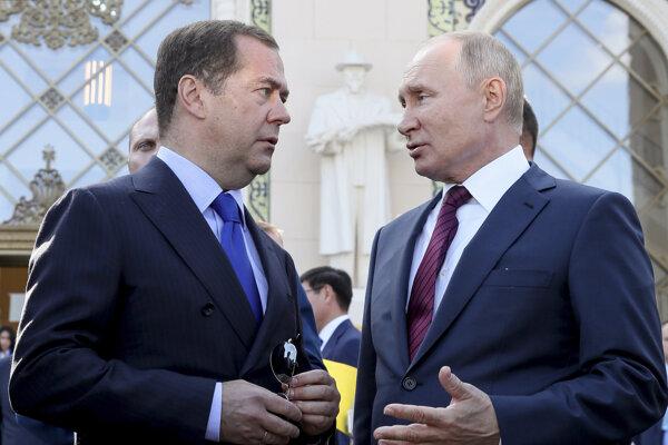 Ruský premiér Dmitrij Medvedev (vľavo) s prezidentom Vladimirom Putinom.