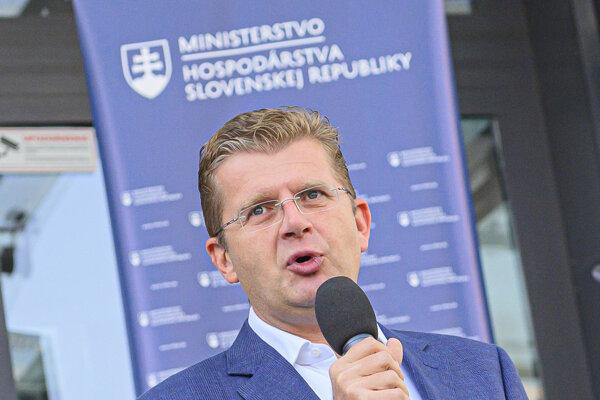 Minister hospodárstva Peter Žiga počas dňa elektromobility.