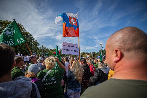 Politické strany organizátori pochodu vyzvali, nech stiahnu vlajky.