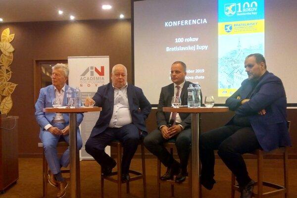 Bývalí župani Bratislavského samosprávneho kraja Ľubomír Roman (vľavo), Vladimír Bajan (druhý vľavo), Pavol Frešo (vpravo) a súčasný Juraj Droba.