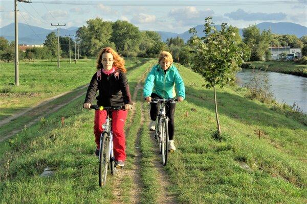 Adriana Škumátová (vľavo) a Anna Rakúsová sa nevedia dočkať novej cyklotrasy, ktorá povedie po nábreží Turca.