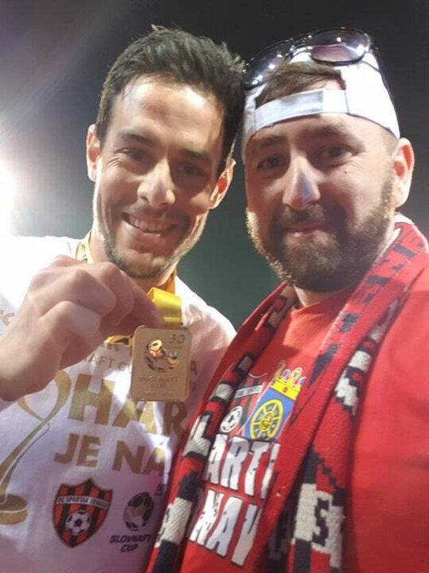 Po finále Slovenského pohára v Nitre. Jakub Rada s medailou a Jozef Kepke Glos.