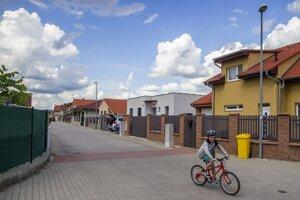 Ľudí láka možnosť bývať v dome za cenu bytu v meste. To si však vyžaduje viac dochádzania.