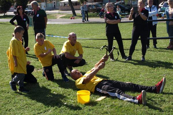 Pri strieľaní z praku na vedro skúšali súťažiaci rôzne pozície.