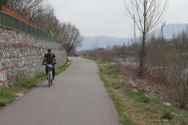 Cyklotrasa popri Váhu.