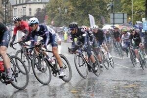 Pelotón v hustom daždi na trati pretekov Elite v meste Harrogate počas Majstrovstiev sveta v cyklistike 29. septembra 2019.