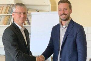 Nový riaditeľ nemocnice Ján Belanský (vľavo) a predseda predstavenstva a generálny riaditeľ Agel SK Michal Pišoja.