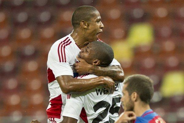 Na snímke gólová radosť hráčov Trenčína, uprostred strelec úvodného gólu Wesley, vľavo jeho spoluhráč Jairo da Silva.