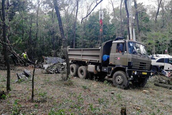 S odstraňovaním vraku stíhačka začala armáda v pondelok.