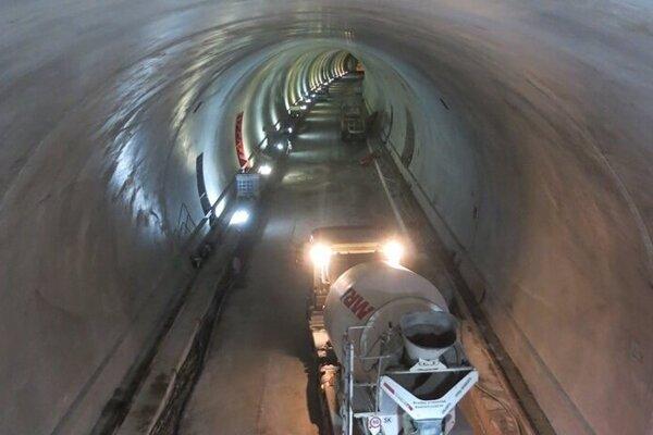 Práce v tuneli sa sústredili na betónovanie.