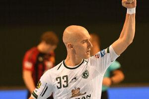 Dávid Michalka vyrukoval na zápas s Vardarom s novou frizúrou.