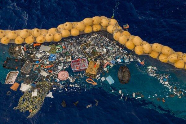 Na tomto zábere je už druhý model čističa oceánov upravený tak, aby cezeň neprepadávali odpadky.