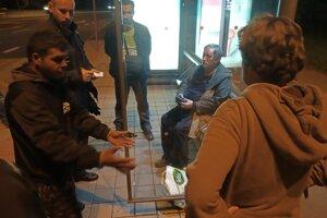 Konfrontácia útočníka s obeťou za asistencie polície.
