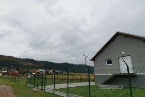 Domy po ľavej strane čističky majú kanál, ten však čističku obchádza a končí pri Hornáde.