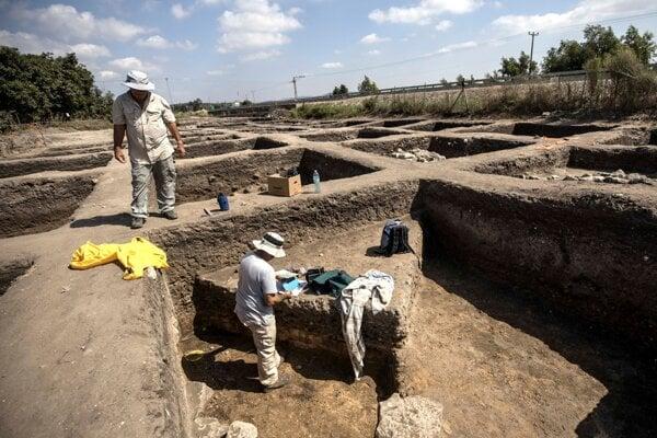 Archeológovia na mieste nálezu.