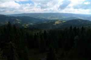 Na východe sú z Eliášovky dominantné najmä Sadecké Beskydy v Poľsku.