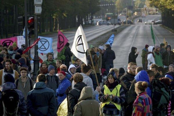 Stúpenci hnutia Extinction Rebellion blokujú dopravu v Berlíne.